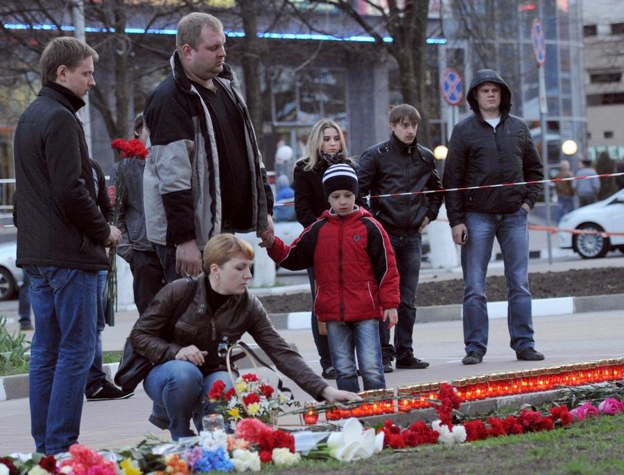 Возложение цветов к месту гибели людей от рук «белгородского стрелка» (5 фото)