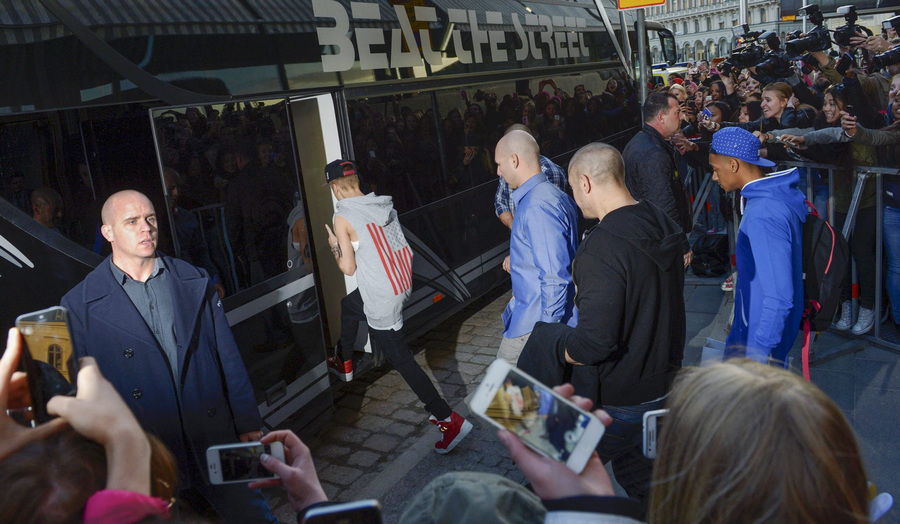Швеция. Стокгольм. 23 апреля. Джастин Бибер заходит в свой концертный автобус, где шведская полиция обнаружила марихуану и незарегистрированный электрошокер. (ЕРА/ИТАР-ТАСС/LEO SELLEN)
