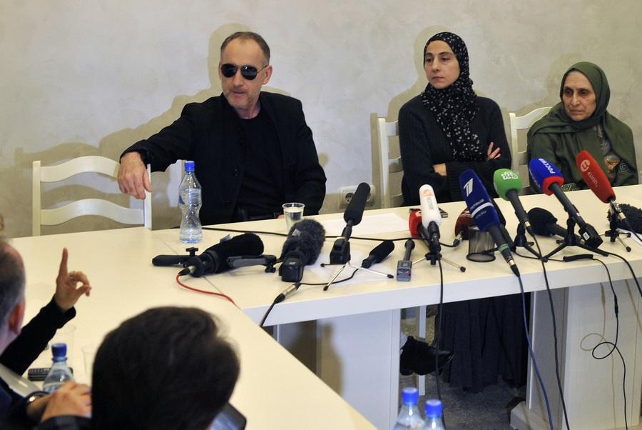 Пресс-конференция родителей братьев Царнаевых (3 фото)
