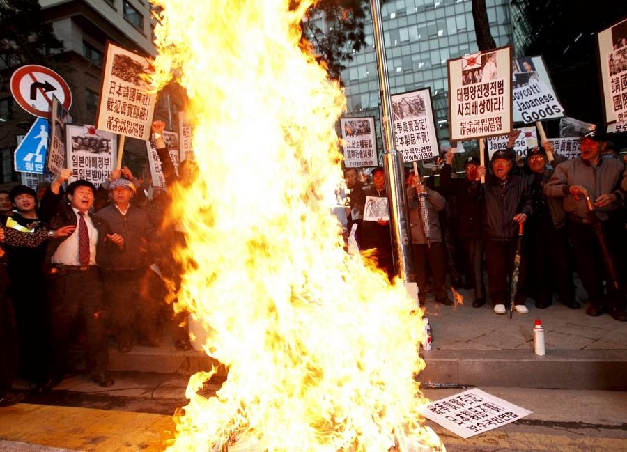 Южная Корея. Сеул. 25 апреля. Антияпонская демонстрация у здания японского посольства. (EPA/ИТАР-ТАСС/JEON HEON-KYUN)