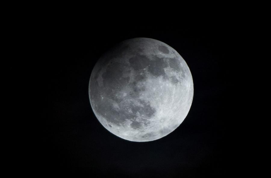 Польша. Варшава. 25 апреля. Частичное лунное затмение. (EPA/ИТАР-ТАСС/JACEK TURCZYK)