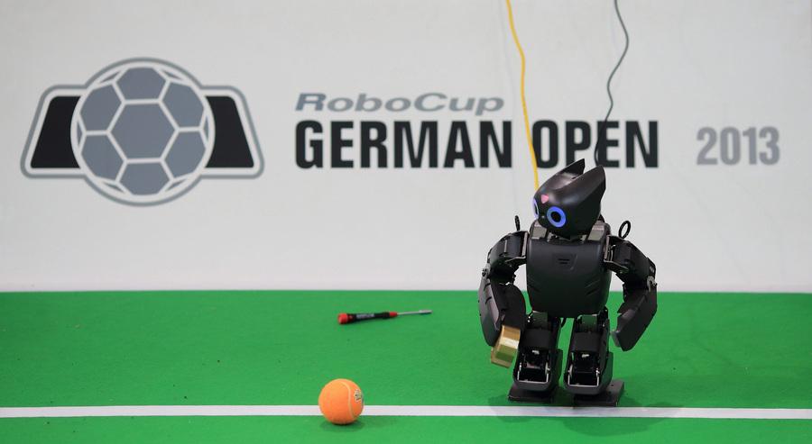 Турнир по футболу среди роботов RoboCup 2013 (8 фото)