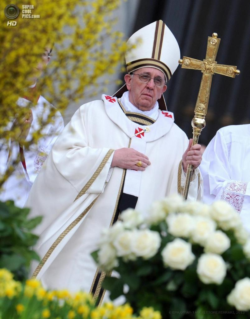 Папа Римский Франциск отслужил пасхальную мессу на площади святого Петра в Ватикане. (EPA/ETTORE FERRARI)