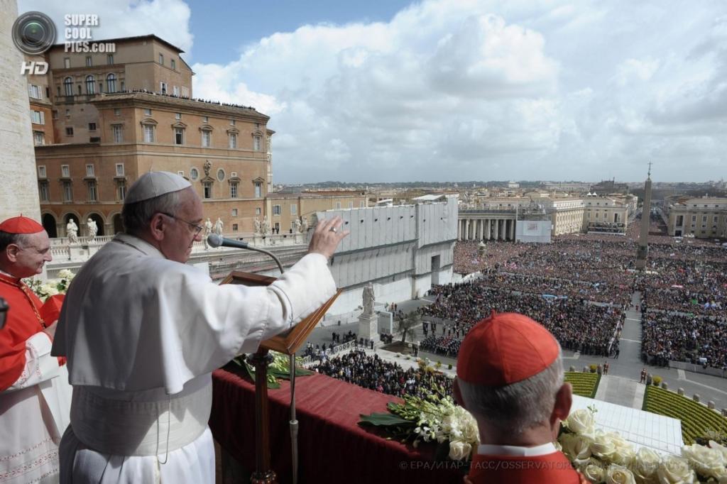 Понтифик обращается к верующим с традиционным благословением «Городу и миру» с балкона собора Святого Петра. (EPA/OSSERVATORE ROMANO/HANDOUT)