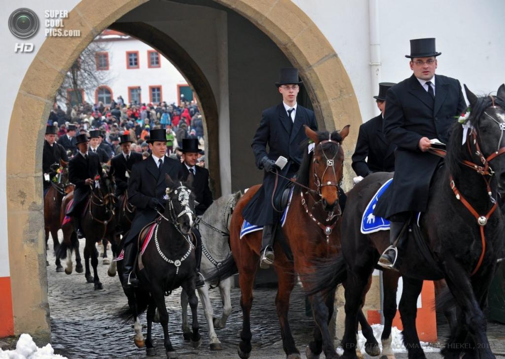 Пасхальная конная процессия в Паншвиц-Кукау, земля Саксония, Германия. (EPA/MATTHIAS HIEKEL)