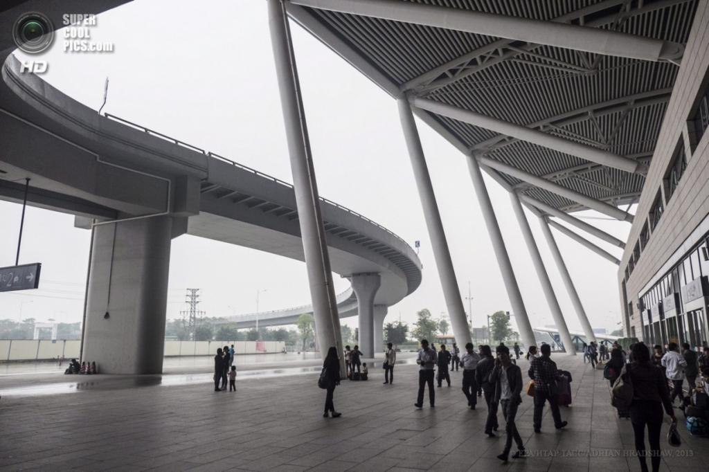 Китай. Гуанчжоу. 2 апреля. Прибытие пассажиров на вокзал, где эксплуатируются суперсовременные высокоскоростные поезда. (EPA/ИТАР-ТАСС/ADRIAN BRADSHAW)