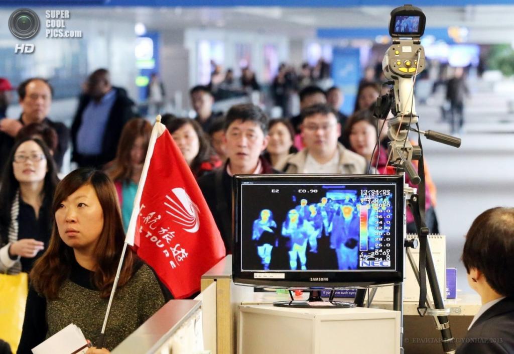 Южная Корея. Инхчон. 2 апреля. Сканирование пассажиров на наличие симптомов «птичьего гриппа» в аэропорту. (EPA/ИТАР-ТАСС/YONHAP)