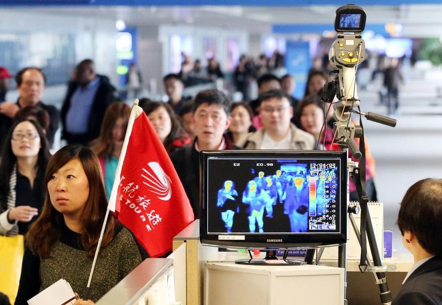 Сканирование пассажиров на наличие симптомов «птичьего гриппа» в корейском аэропорту (2 фото)
