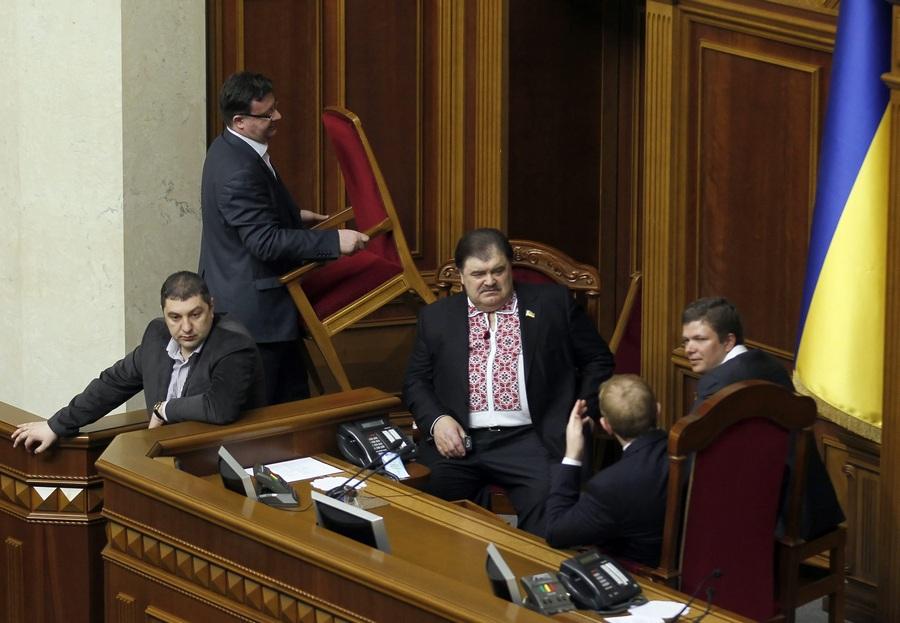 Депутаты оппозиционных партий заблокировали трибуну Верховной Рады Украины (4 фото)