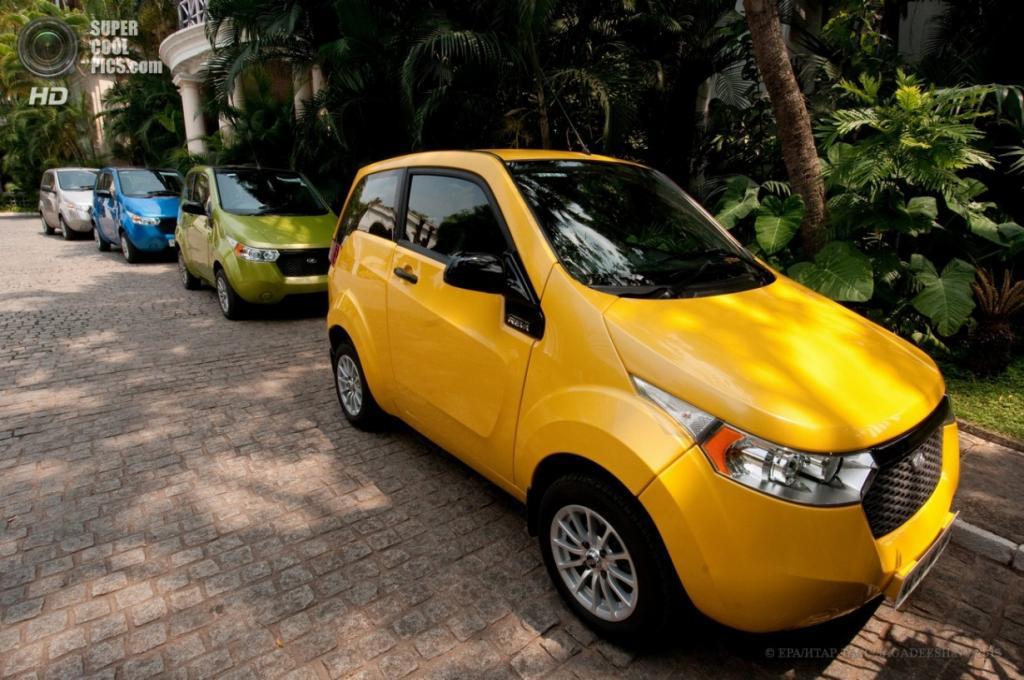 Индия. Бангалор, Карнатака. 3 апреля. Припаркованные Mahindra e2o в разных цветовых вариантах. (EPA/ИТАР-ТАСС/JAGADEESH NV)