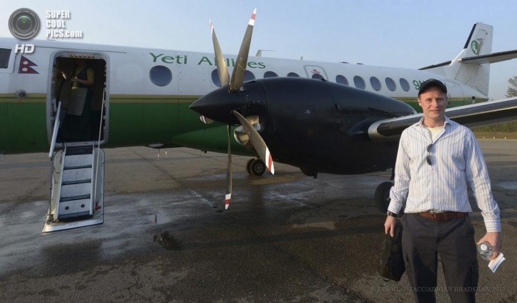 Непал. Катманду. 3 апреля. Чарльз Дуглас-Гамильтон позирует перед памятным полётом. (EPA/ИТАР-ТАСС/SABINA BHATTRAI)