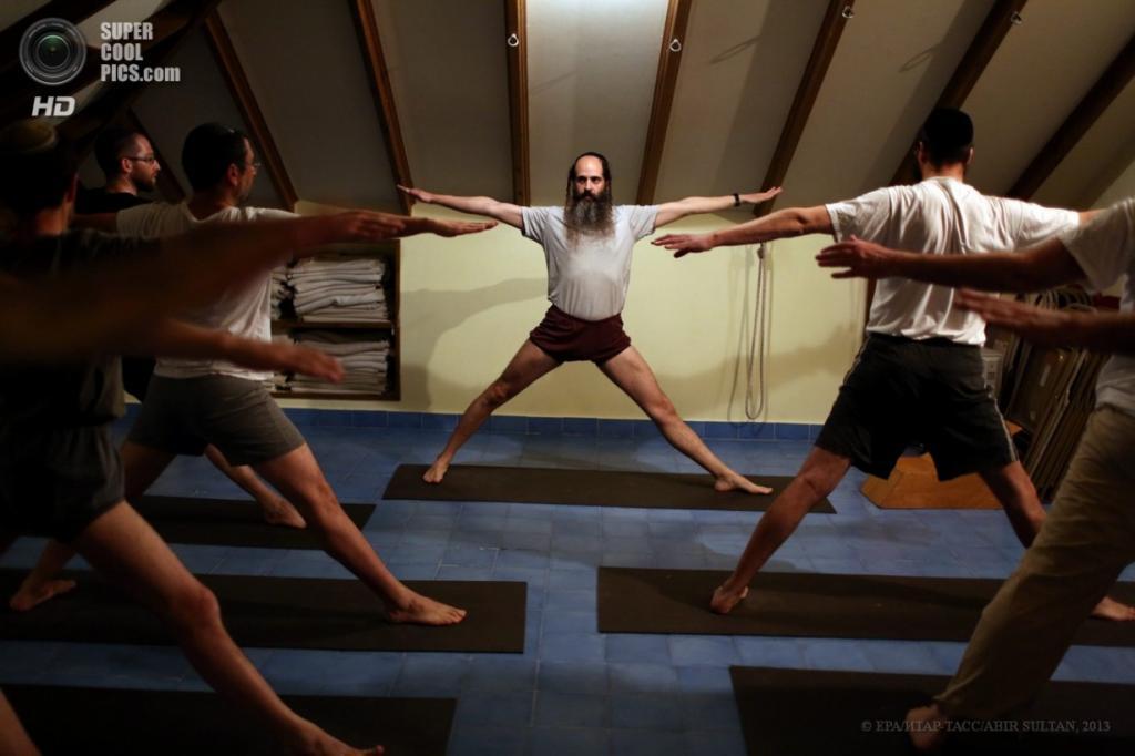 Израиль. Бейт-Шемеш. 5 апреля. Курсы йоги по-еврейски. (EPA/ИТАР-ТАСС/ABIR SULTAN)