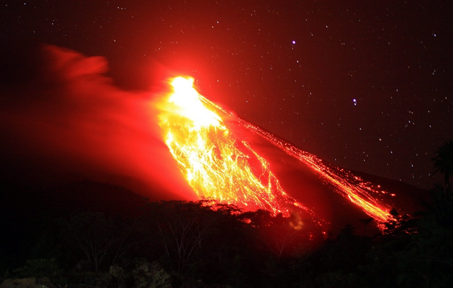 Индонезия. Остров Сиау. 4 апреля. Извержение вулкана Карангетанг. (EPA/ИТАР-ТАСС/ROMY)