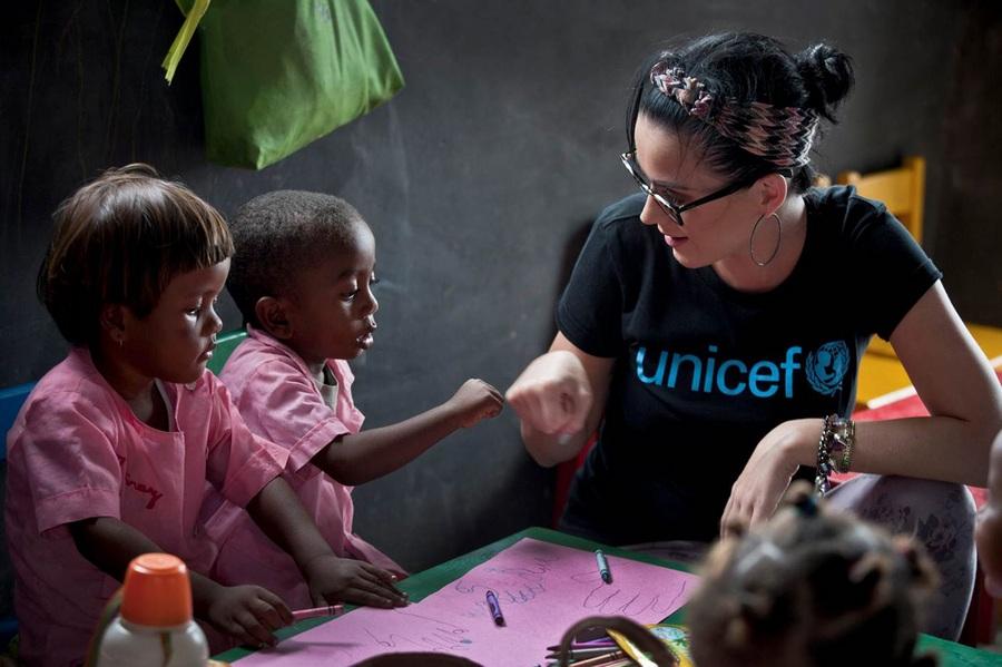 Благотворительный визит Кэти Перри на Мадагаскар (8 фото)