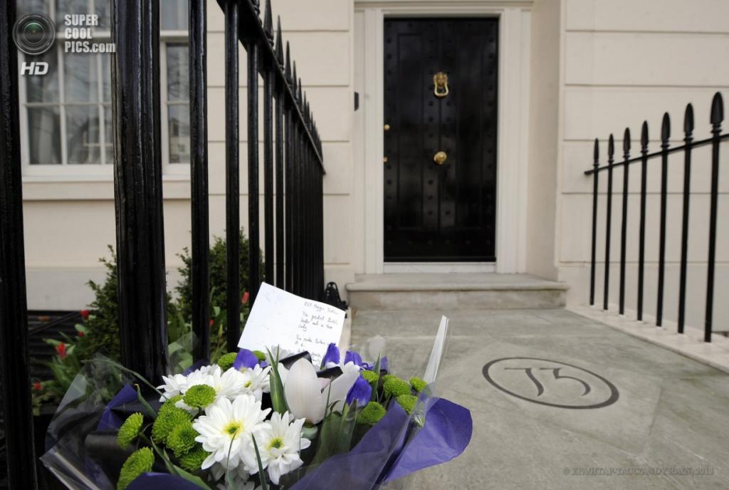 Англия. Лондон. 8 апреля. Траурные букеты у двери дома покойной Маргарет Тэтчер. (EPA/ИТАР-ТАСС/ANDY RAIN)