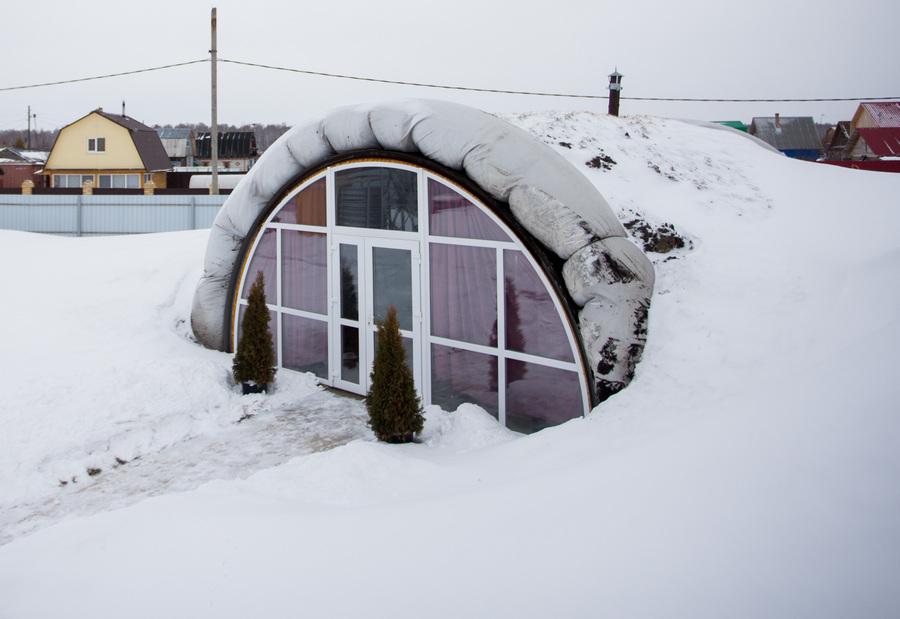 Житель Тюмени построил дом из нефтяных отходов (6 фото)