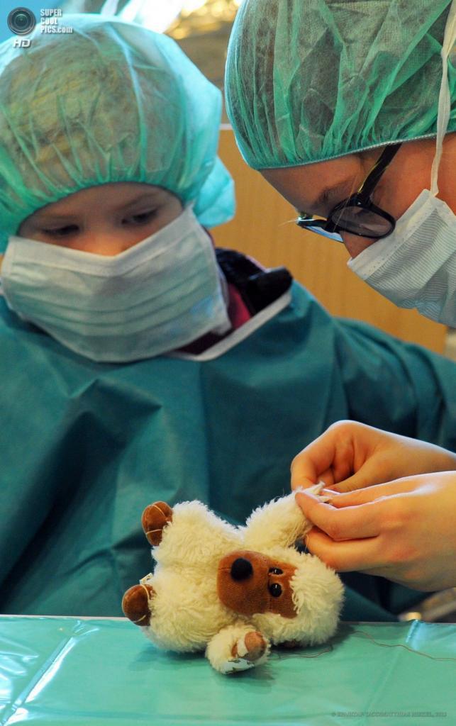Германия. Дрезден, Саксония. 9 апреля. Студентка-медик Анне Шульце зашивает лапу пострадавшей плюшевой мартышке Эрвину. (EPA/ИТАР-ТАСС/MATTHIAS HIEKEL)