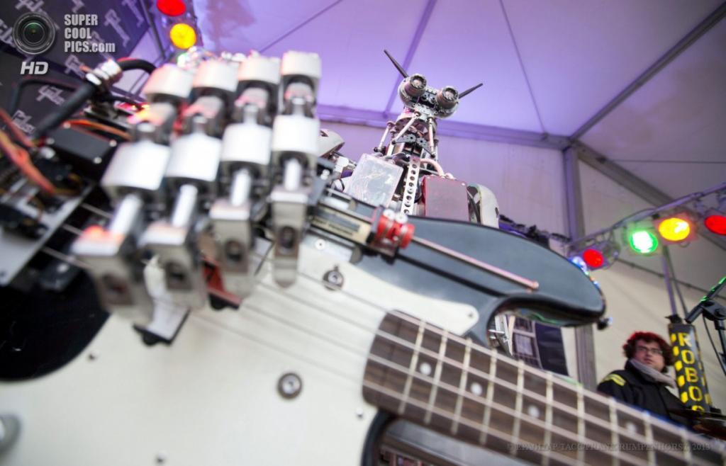 Германия. Франкфурт-на-Майне, Гессен. 9 апреля. Роботический басист по имени Боунс на международной выставке музыкальной индустрии Musikmesse 2013. (EPA/ИТАР-ТАСС/FRANK RUMPENHORST)