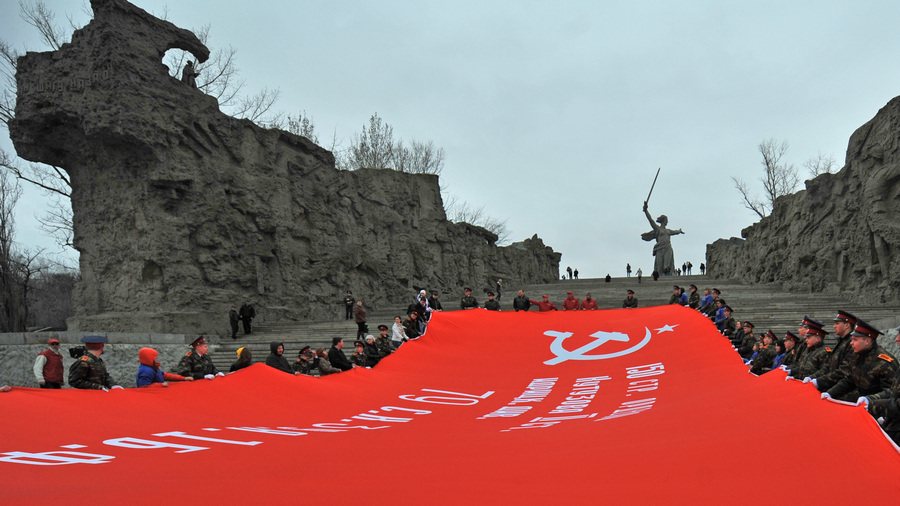 200-метровую копию Знамени Победы развернули на Мамаевом кургане (5 фото)