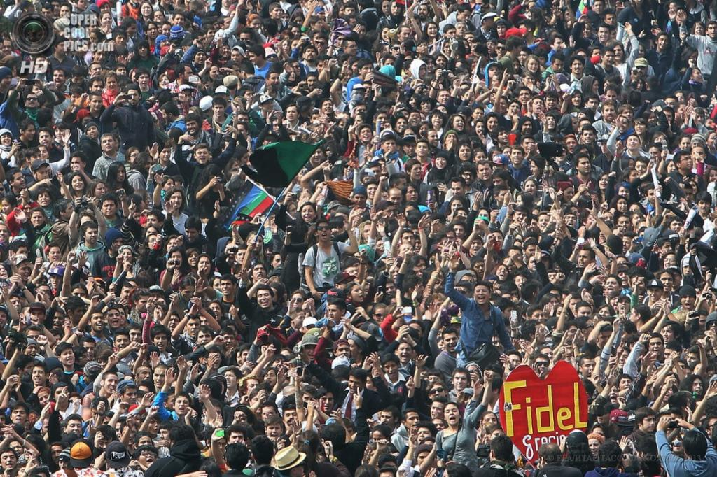 Чили. Сантьяго. 11 апреля. Во время многотысячного марша студентов в поддержку введения бесплатного образования и улучшения его качества. (EPA/ИТАР-ТАСС/MARIO RUIZ)