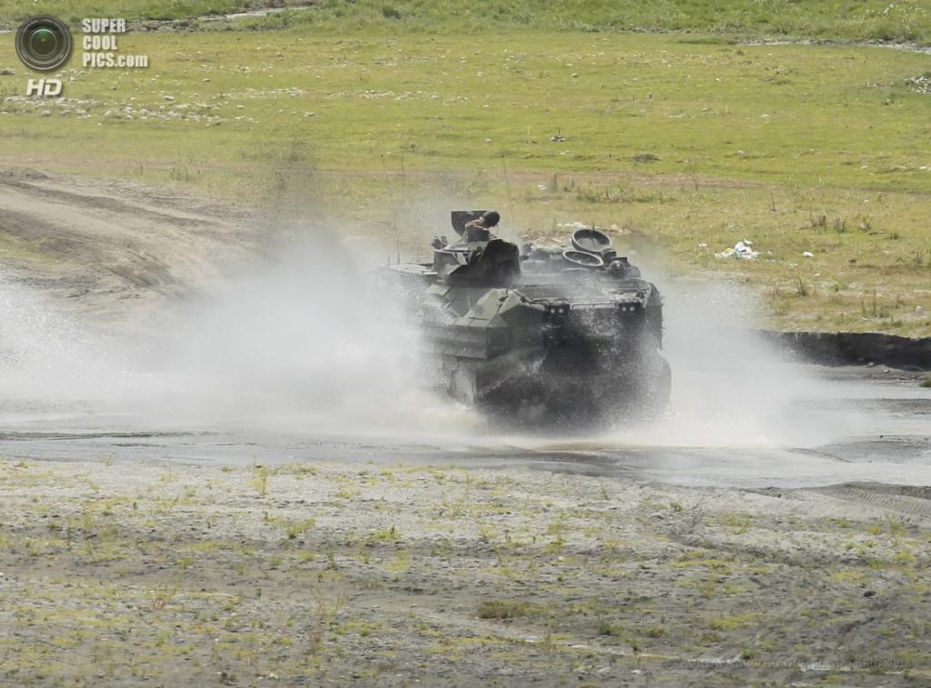 Филиппины. Капас, Тарлак. 12 апреля. Десантно-гусеничная машина-амфибия AAV7 во время совместных военных учений морской пехоты США и Филиппин. (EPA/ИТАР-ТАСС/FRANCIS R. MALASIG)