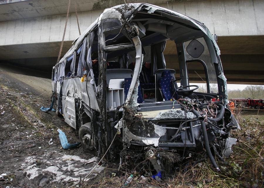 В Бельгии упал с моста автобус с группой российских школьников (8 фото)