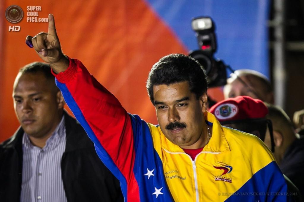 Венесуэла. Каракас. 14 апреля. Николас Мадуро приветствует своих сторонников после объявления результатов президентских выборов. (EPA/ИТАР-ТАСС/MIGUEL GUTIERREZ)