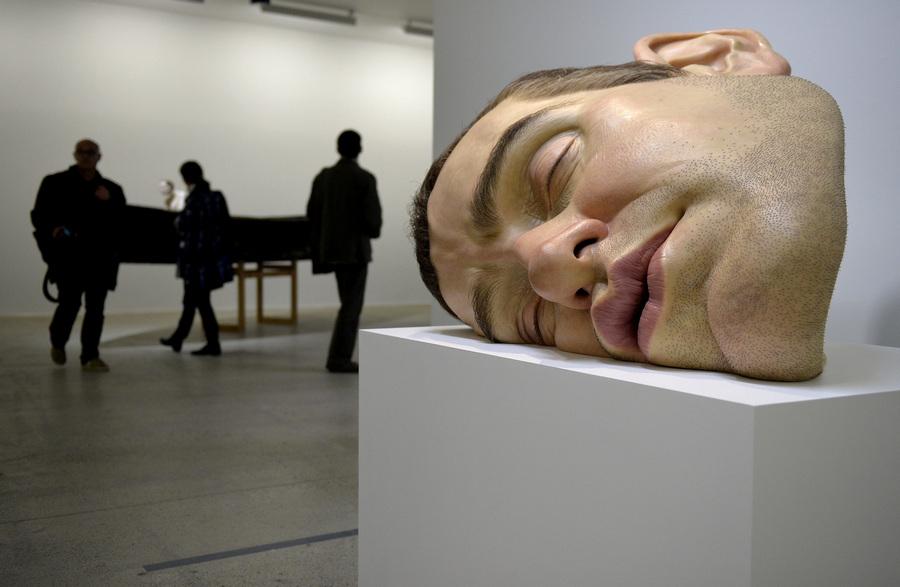 Выставка гипернатуралистических скульптур Рона Мьюека в Париже (6 фото)