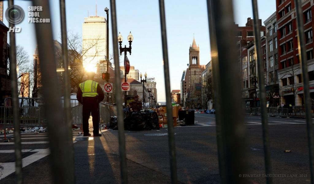 США. Бостон, Массачусетс. 16 апреля. Сотрудник правоохранительных органов на месте взрывов. (EPA/ИТАР-ТАСС/JUSTIN LANE)