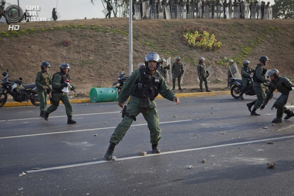 Венесуэла. Каракас. 15 апреля. Акция протеста сторонников Энрике Каприлеса. (EPA/ИТАР-ТАСС/BORIS VERGARA)