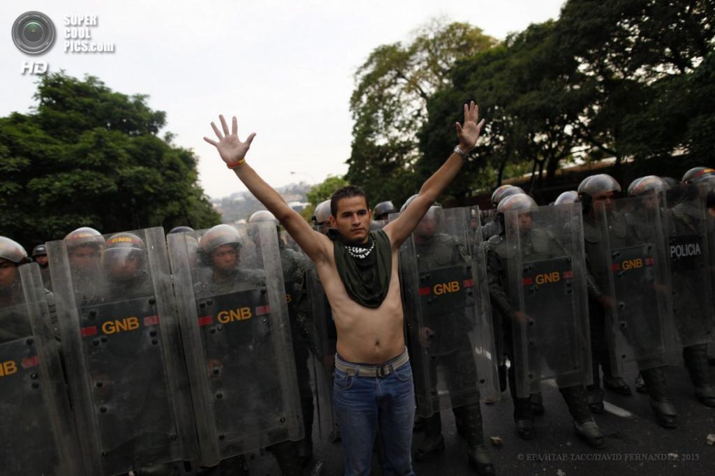 Венесуэла. Каракас. 15 апреля. Акция протеста сторонников Энрике Каприлеса. (EPA/ИТАР-ТАСС/DAVID FERNANDEZ)