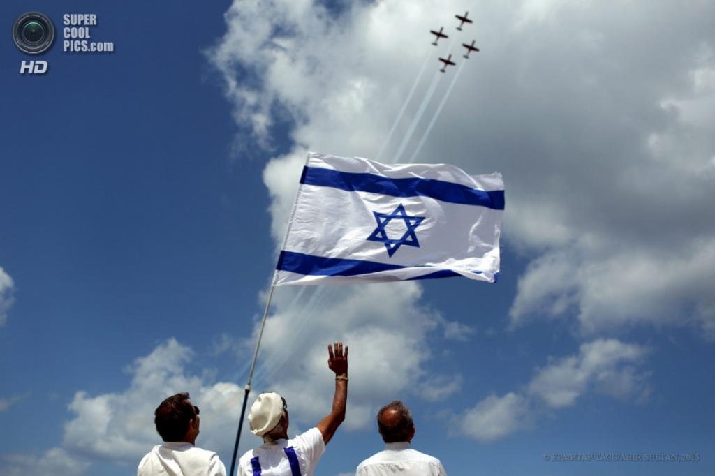 Израиль. Тель-Авив. 16 апреля. Празднование Дня независимости. (EPA/ИТАР-ТАСС/ABIR SULTAN)
