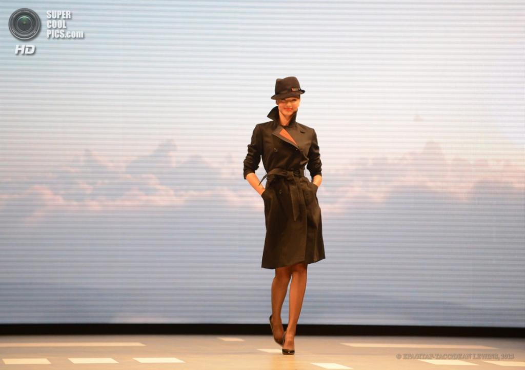 Австралия. Сидней, Новый Южный Уэльс. 16 апреля. Миранда Керр представила новую униформу авиакомпании Qantas. (EPA/ИТАР-ТАСС/DEAN LEWINS)