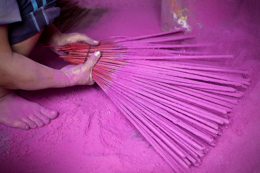 Производство ароматических палочек во Вьетнаме (5 фото)