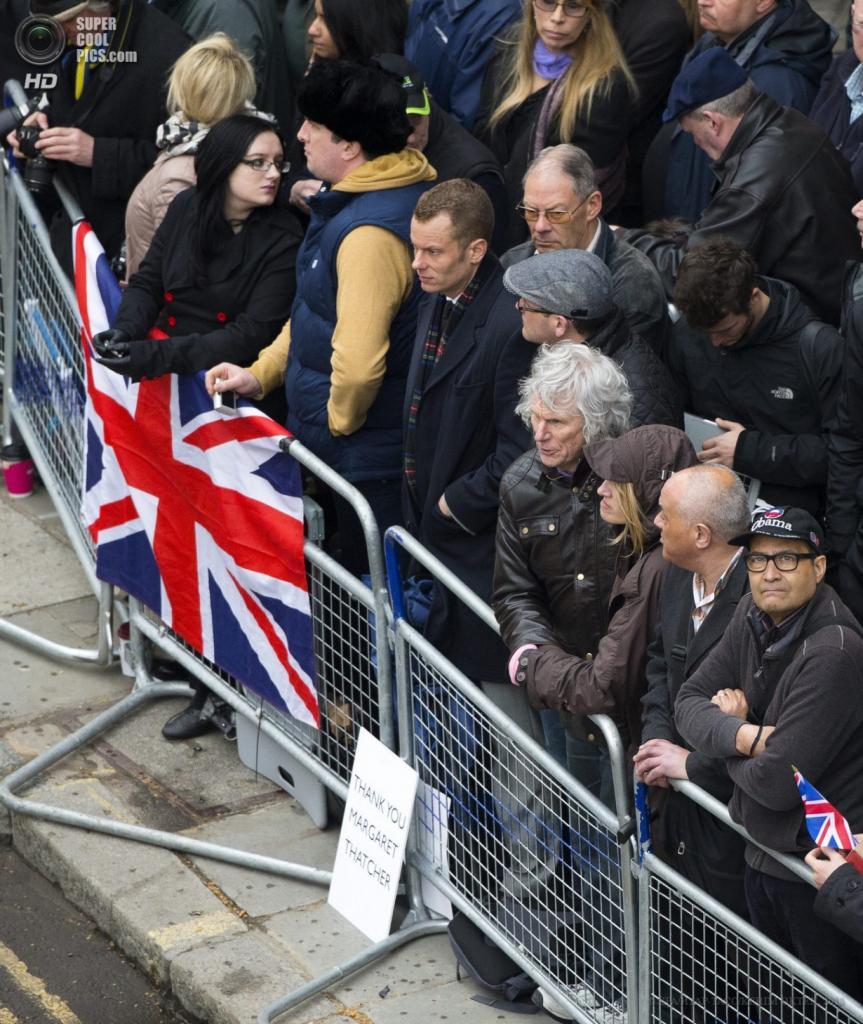 Англия. Лондон. 17 апреля. Англичане наблюдают за церемонией. (EPA/ИТАР-ТАСС/KERIM OKTEN)