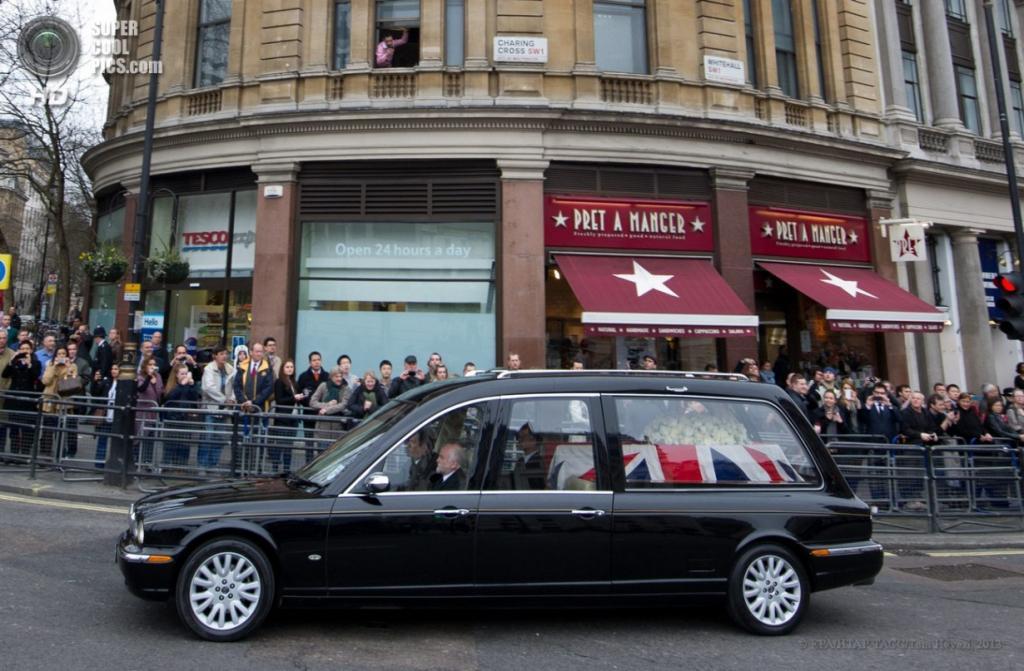 Англия. Лондон. 17 апреля. Во время следования траурного кортежа по улицам города в рамках церемонии похорон бывшего премьер-министра Великобритании Маргарет Тэтчер. (EPA/ИТАР-ТАСС/Tom Hevezi)
