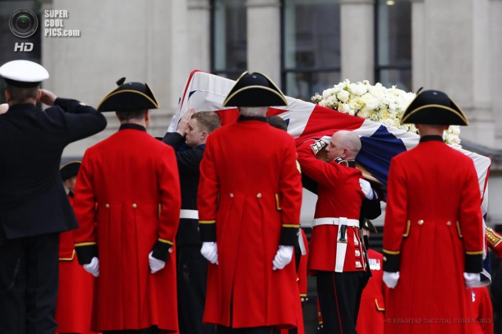Англия. Лондон. 17 апреля. Гром с телом покойной заносят в собор Святого Павла. (EPA/ИТАР-ТАСС/TAL COHEN)