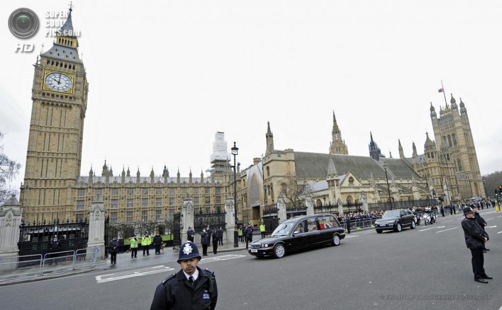 Англия. Лондон. 17 апреля. Во время следования траурного кортежа по улицам города в рамках церемонии похорон бывшего премьер-министра Великобритании Маргарет Тэтчер. (EPA/ИТАР-ТАСС/GERRY PENNY)