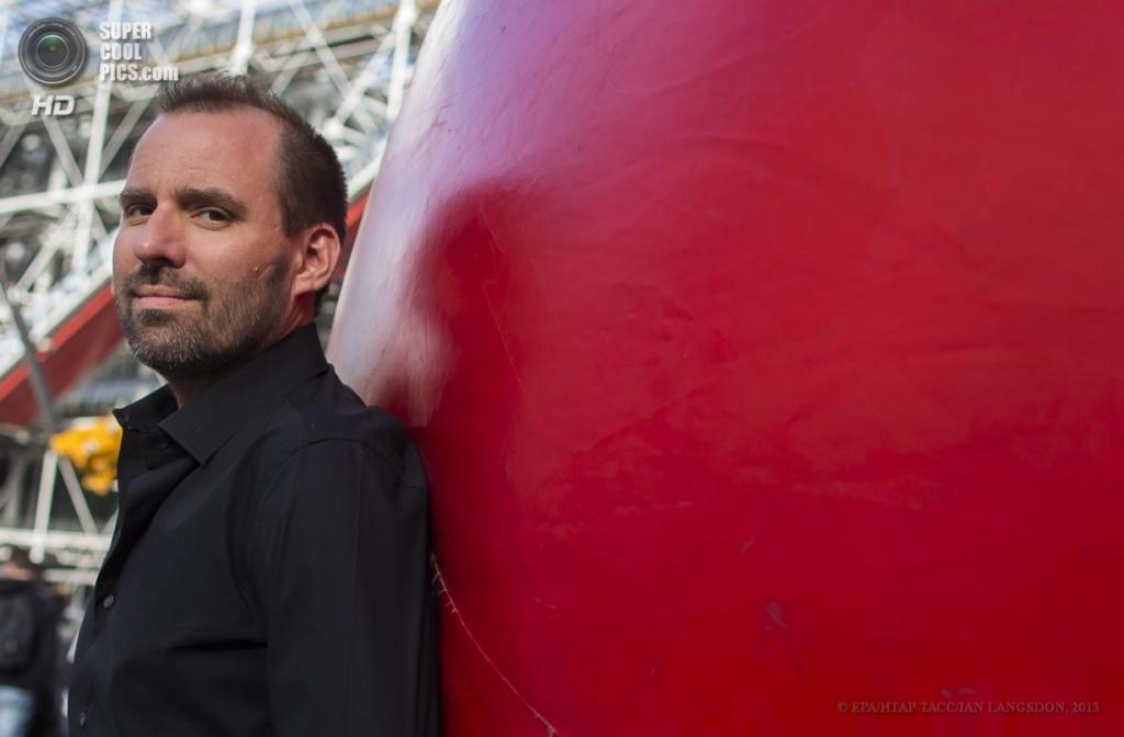 Франция. Париж. 18 апреля. Курт Першке и его «Красный шар». (EPA/ИТАР-ТАСС/IAN LANGSDON)