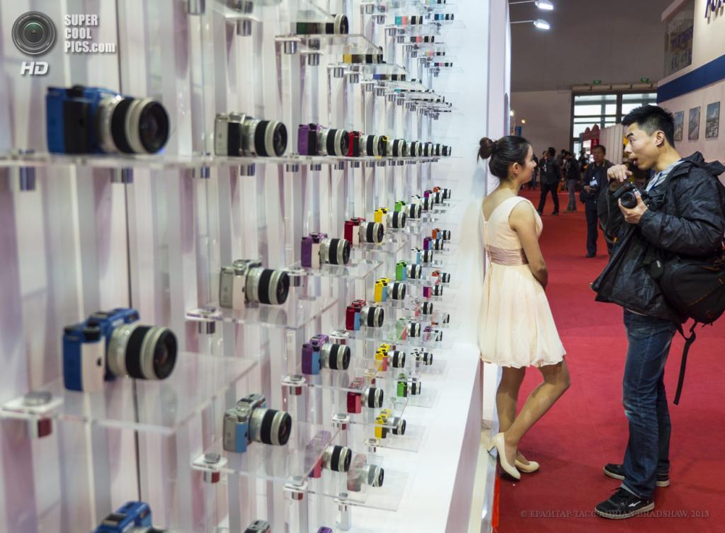 Китай. Пекин. 19 апреля. Стенды с фотоаппаратами Pentax. (EPA/ИТАР-ТАСС/ADRIAN BRADSHAW)