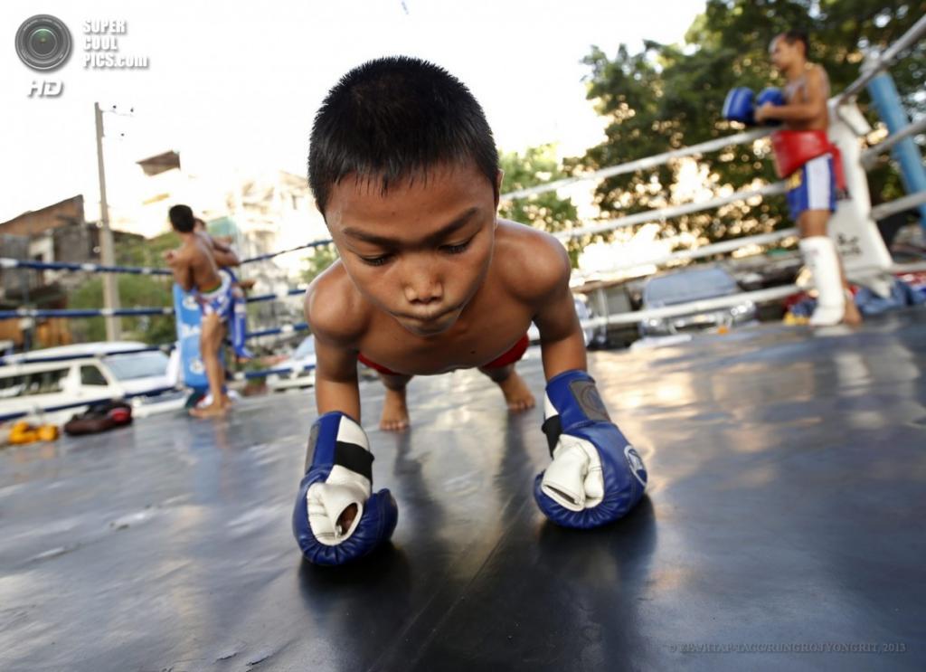 Таиланд. Бангкок. 20 марта. Девятилетний Танапонг «Рэмбо» Унпуанг разогревается перед спаррингом. (EPA/ИТАР-ТАСС/RUNGROJ YONGRIT)