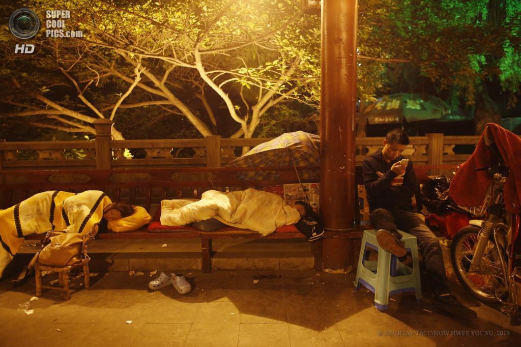 Китай. Яань, Сычуань. 21 апреля. Люди, лишившиеся своих домов, спят под открытым небом. (EPA/ИТАР-ТАСС/HOW HWEE YOUNG)