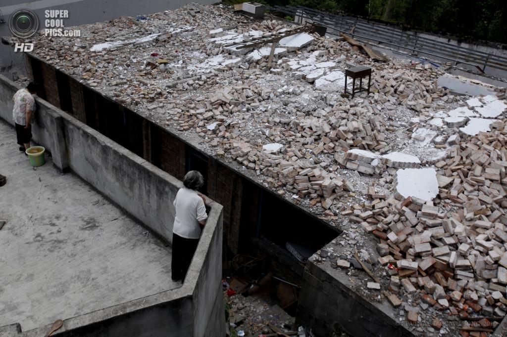 Китай. Яань, Сычуань. 21 апреля. Здание, разрушенное при землетрясениях. (EPA/ИТАР-ТАСС/WU HONG)