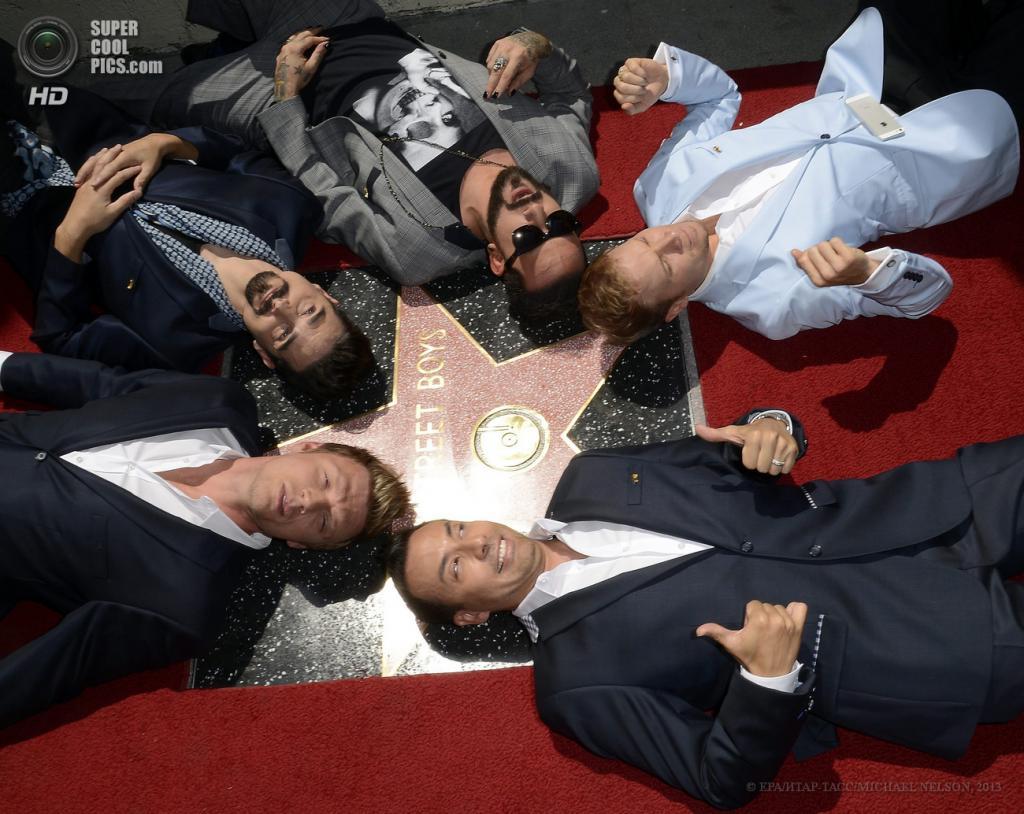 США. Лос-Анджелес, Калифорния. 22 апреля. Участники группы Backstreet Boys у собственной звезды на Голливудской «Аллее славы». (EPA/ИТАР-ТАСС/MICHAEL NELSON)