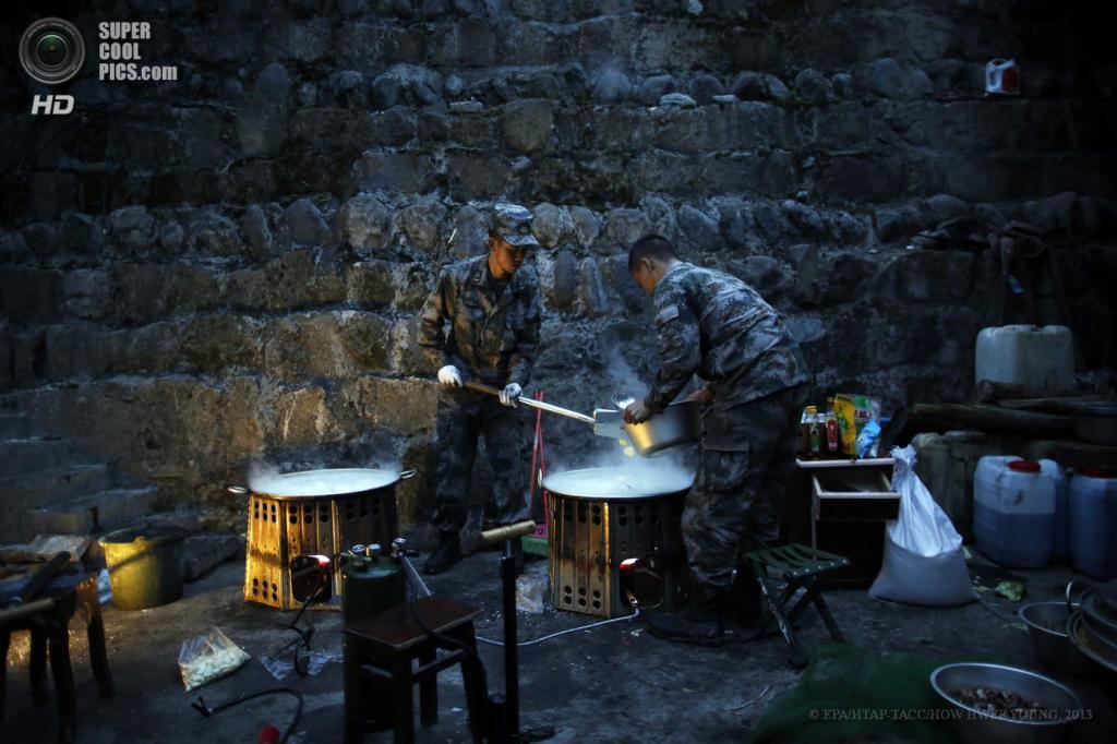 Китай. Сычуань. 23 апреля. Китайские солдаты готовят завтрак в спасательном лагере. (EPA/ИТАР-ТАСС/HOW HWEE YOUNG)
