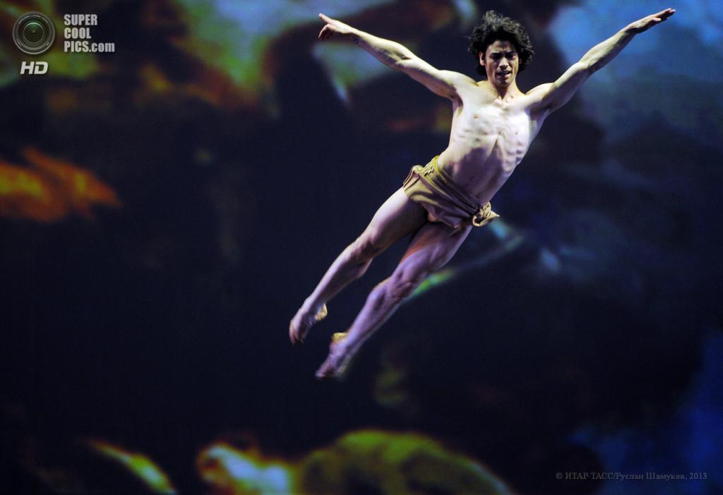 Россия. Санкт-Петербург. 22 апреля. Солист American Ballet Theatre Эрман Корнехо во время выступления на гала-концерте XII Международного фестиваля балета DANCE OPEN. (ИТАР-ТАСС/Руслан Шамуков)
