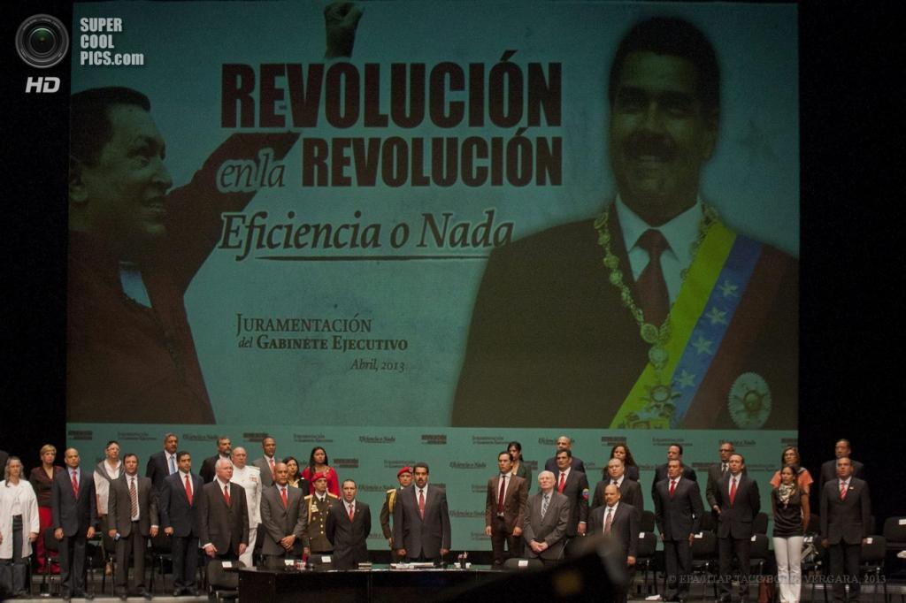 Венесуэла. Каракас. 22 апреля. Члены нового кабинета министров приносят присягу. (EPA/ИТАР-ТАСС/BORIS VERGARA)