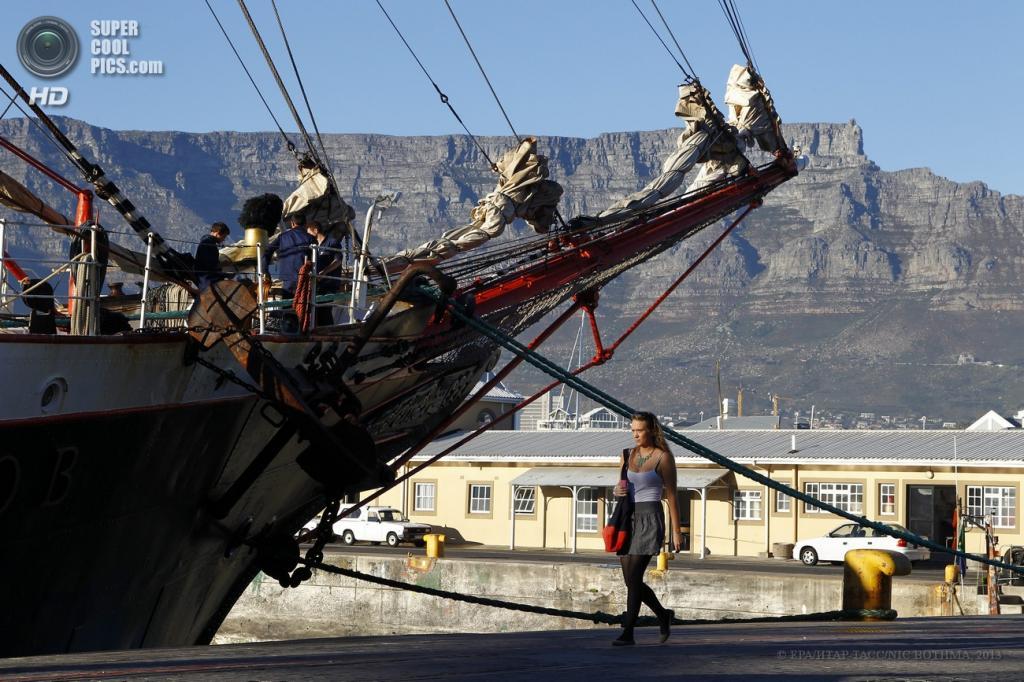 Южная Африка. Кейптаун, Западно-Капская провинция. 24 апреля. Прибытие барка «Седов» в порт. (EPA/ИТАР-ТАСС/NIC BOTHMA)