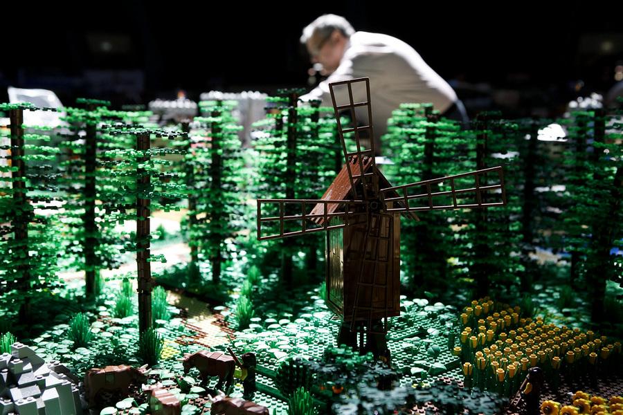 Подготовка к выставке скульптур из Lego в Лиссабоне
