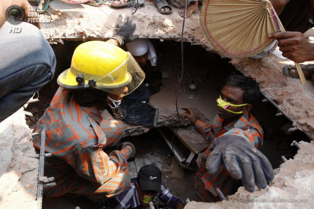 Бангладеш. Савар, Дакка. 25 апреля. Поисково-спасательные работы на месте обрушения многоэтажного здания. (EPA/ИТАР-ТАСС/ABIR ABDULLAH)